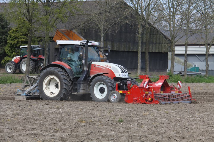 Steyr 9105 met een grimme vl 20 kl aardappelpoter