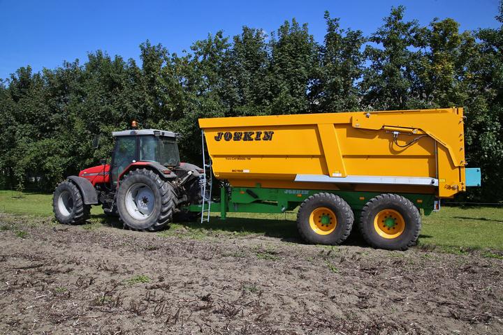 3e123706d5c Massey Ferguson 6290 met een nieuwe Joskin Trans-CAP 5500 18 BC150 kipper  van landbouwbedrijf Van der Burg uit Oostwold.